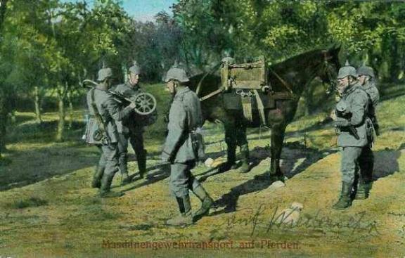 Maschinengewehrtransport auf Pferden. Transport d'une mitrailleuse sur un cheval.